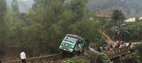 Chiếc xe trọng tải lớn làm cây cầu quần bị sập một phần ở giữa. Ảnh: Trương Hiền Hà Thành