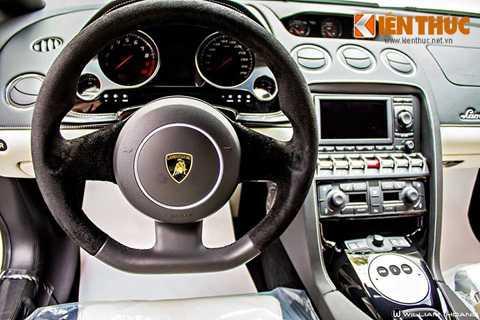 Xe sở hữu nội thất bọc da cao cấp.   Vô-lăng thể thao bọc da Alcantara. Phía bảng táp lô là một màn hình lcd   cùng đồng hồ và vô số các nút điều khiển.