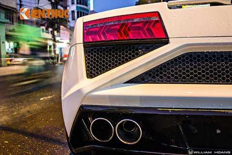 Gallardo LP560-4 Spyder sở hữu bộ ống xả kép phân chia đều hai bên, tản nhiệt dạng tổ ong mang đậm phong cách nhà Lamborghini.