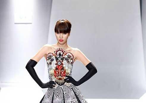 Hà Anh là gương mặt nổi tiếng trong làng   thời trang, cô ghi dấu ấn trong lòng khán giả bởi những bước sải chân cá   tính và chuyên nghiệp trên sàn diễn