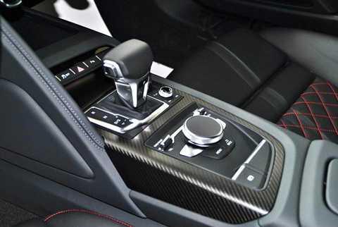 Audi R8 V10 Plus 2016 sử dụng động cơ   nạp khí tự nhiên V10 dung tích 5.204cc đạt công suất 610 mã lực tại   8.250v/ph và mô-men xoắn cực đại 560Nm tại 6.500v/ph, hộp số tự động thể   thao 7 cấp S Tronic và dẫn động 4 bánh toàn thời gian quattro.