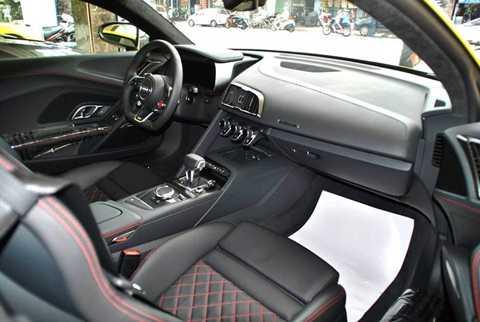 Bên trong nội thất của siêu xe mới   nhà Audi bao trùm chất liệu da thật Alcantara và mặt ghế ngồi hoạ tiết   mạng kim cương với các đường chỉ khâu màu đỏ tương phản trên nền đen,   ngoài ra nội thất xe còn được trang bị sợi carbon cao cấp.