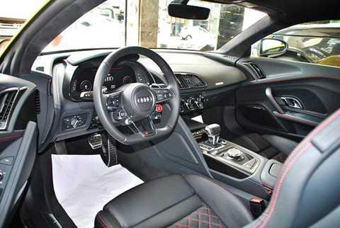 Về tổng thẻ, nội thất xe chủ yếu là màu   đen với ghế bọc da thể thao, bảng điều khiển trung tâm hướng về người   lái với thiết kế gọn gàng đẹp mắt.