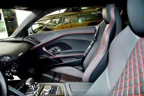 Ngoài việc được trang bị nội   thất với chất liẹu cao cấp, một số tuỳ chọn dành cho xe như hệ thống âm   thanh 13 loa Bang & Olufsen 550 watt...
