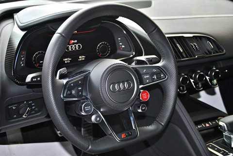 Ngoài ra, siêu xe nhà Audi còn sở   hữu vô lăng thể thao 3 chấu tích hợp nhiều phím chức năng cơ bản cũng   như công nghệ hỗ trợ người lái, phía sau là màn hình hiển thị thông tin   chi tiết các thông số kĩ thuật của xe.