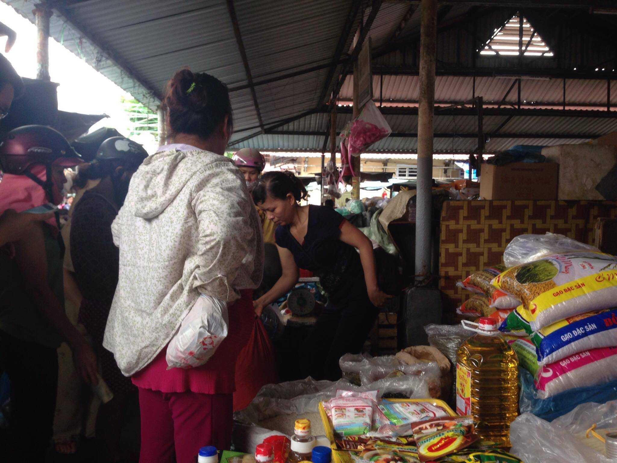 Một cửa hàng bán muối ở chợ Tây Lộc, thành phố Huế cháy hàng vì người mua tăng đột biến.