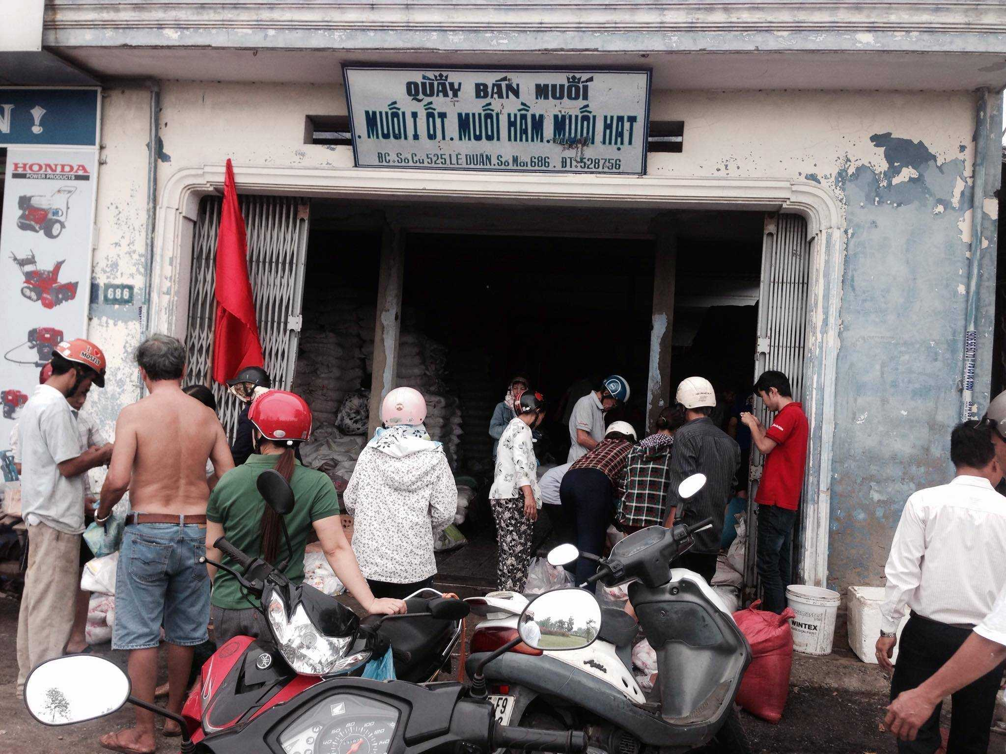 Xếp hàng mua muối ở một đại lý muối nằm trên đường Lê Duẩn, thành phố Huế.