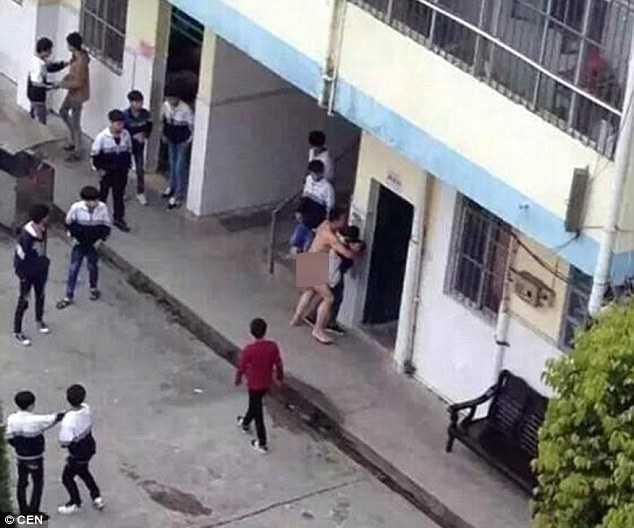 Thầy giáo bị tâm thần tìm cách hãm hiếp cô nữ sinh