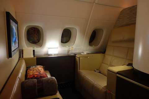 """""""Căn hộ hạng nhất"""", vốn được cải tạo từ   khoang hạng nhất thông thường trên các máy bay Airbus A380 với ghế ngả   bằng da cao cấp, màn hình ti vi, quầy bar, tủ quần áo, cửa trượt…"""