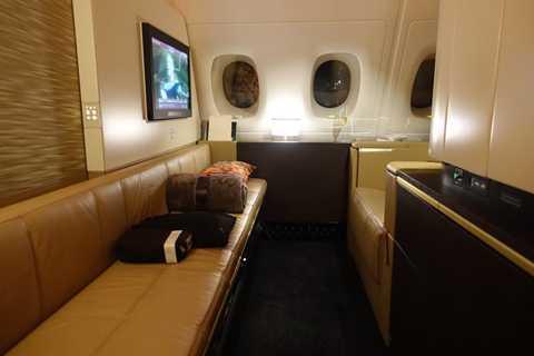 Trên khoang máy bay VIP này, hành khách còn được sử dụng điện thoại di động và wifi miễn phí phục vụ công việc.