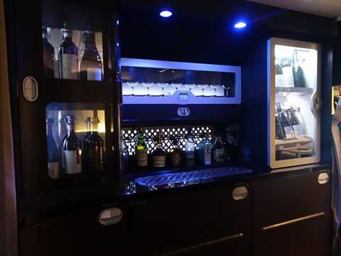 Quầy bar với đủ các loại rượu ngon phục vụ khách hạng nhất.