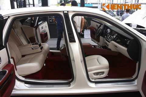 Một trong những đặc trưng của các   dòng Rolls-Royce Sedan là cửa sau mở ngược để giúp các
