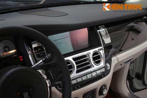 Nằm cạnh đồng hồ trên bảng điều khiển   trung tâm của Ghost là màn hình hiển thị của hệ thống thông tin giải   trí, với giao diện iDrive của hãng mẹ BMW nhưng có một số tính năng