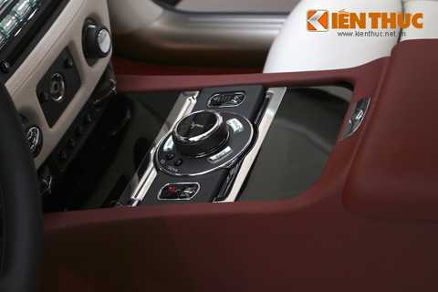 Cụm phím điều khiển với núm xoay   mang biểu tượng Spirit of Ecstasy đặt ở bệ trung tâm trước và bệ tì tay   sau xe giúp kiểm soát các chức năng trong cabin.