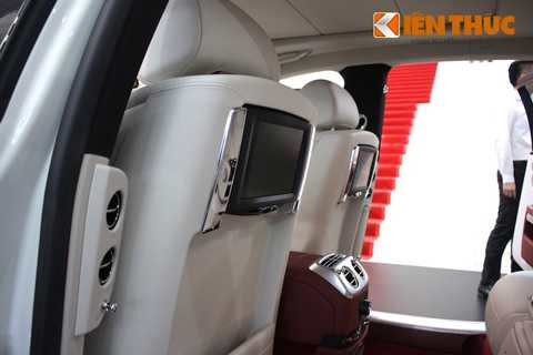 Treo trên lưng ghế trước là 2 màn hình   9,2 inch độ phận giải cao với hệ thống thông tin giải trí điều khiển độc   lập, đem tới trải nghiệm giải trí đa phương tiện ngay cả trong những   chuyến đi dài nhất.