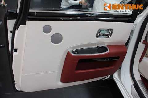 Đi kèm với hệ thống thông tin giải trí là   hệ thống loa Bespoke với 18 loa, được phát triển dành riêng cho   Rolls-Royce để đem tới chất lượng âm thanh hi-end bên trong nội thất xe.