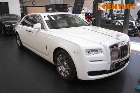 Tới năm 2014, Rolls-Royce đã giới   thiệu phiên bản nâng cấp mới của Ghost là Series II, với một loạt các   cải tiến nhỏ liên quan tới nội thất và các trang bị tiện nghi cho nội   thất. Chính vì vậy, ngay cả khi đứng cạnh nhau, khó có thể nhận ra ngay   được những thay đổi của Series II so với phiên bản đầu tiên.