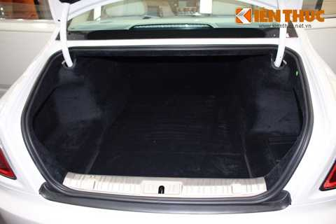 Ở phía sau, khoang hành lý của Ghost   Series II có thể tích lên tới 489,88 lít. Tương xứng với đẳng cấp của   chiếc xe, toàn bộ bề mặt bên trong khoang hành lý cũng đã được bọc nhung   mềm mại và cao cấp.