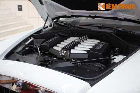 Nằm dưới nắp ca-pô dài phía trước xe là   khối động cơ V12 tăng áp kép DOHC với dung tích