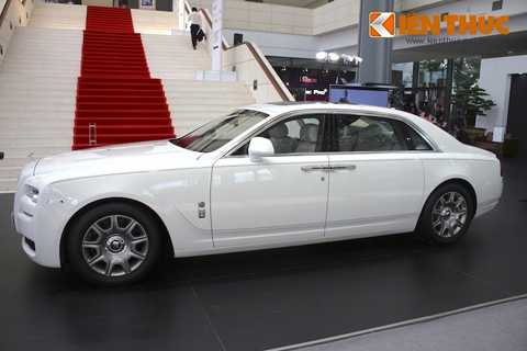 Chiếc Rolls-Royce Ghost EWB mà các bạn   đang thấy có màu trắng English White cùng nội thất màu trắng Seashell   kết hợp với đỏ Consort Red. Hiện nay, xe đang được bán với giá 27,858 tỷ   đồng nhưng sắp nâng giá thành 40,998 tỷ đồng từ 1/7/2016, do bị áp thuế   tiêu thụ đặc biệt cho xe dung tích động cơ trên 6000 cc.