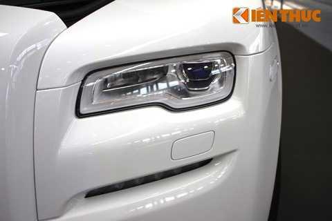 Trên Ghost Series II, Rolls-Royce đã   trang bị cho xe bộ đèn pha LED mới với ánh sáng trắng sáng hơn, pha thay   đổi theo góc lái và có thêm khả năng tự thay đổi cách chiếu sáng để   tránh làm lóa mắt người lái xe đi ngược chiều.