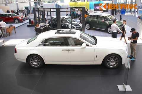 Thiết kế tổng thể của Ghost đơn giản   nhưng đầy thanh lịch. Tỷ lệ chiều cao giữa vòm bánh và thân xe đạt 2:1 -   một trong những đặc tính thiết kế truyền thống của hãng xe Rolls-Royce   vẫn tiếp tục được giữ lại trên Ghost Series II.