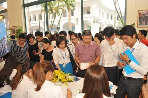 Khách xếp hàng đăng ký tham dự sự kiện giới thiệu dự án Vinhomes Dragon Bay tại Hà Nội