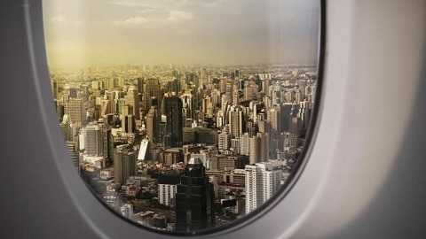 Lỗ nhỏ ở cửa sổ máy bay làm cân bằng áp suất bên trong máy bay.