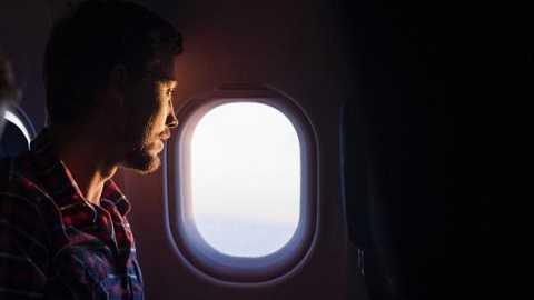 Áp suất bên trong và bên ngoài máy bay chênh lệch nhau sẽ gây nguy hiểm cho người trên máy bay.
