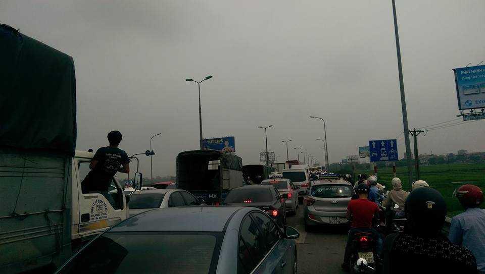 Lượng người, xe đổ về phía Tam Đảo Vĩnh Phúc quá đông khiến đường từ Hà Nội ra Nội Bài cũng tắc cứng trong nhiều giờ. (ảnh: Lê Nam)