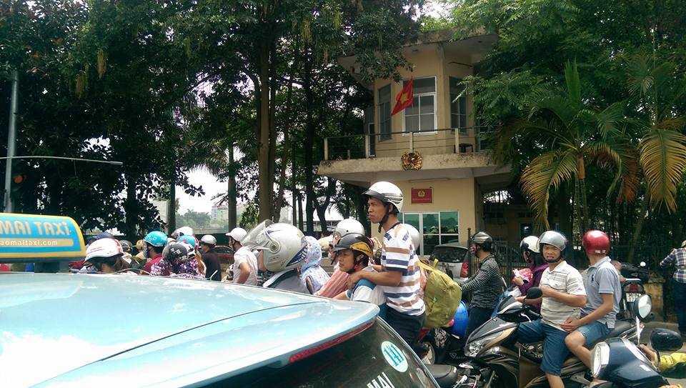 Nhiều người kêu gần 1 tiếng mới đi được hơn 2 km (ảnh: Lê Nam)