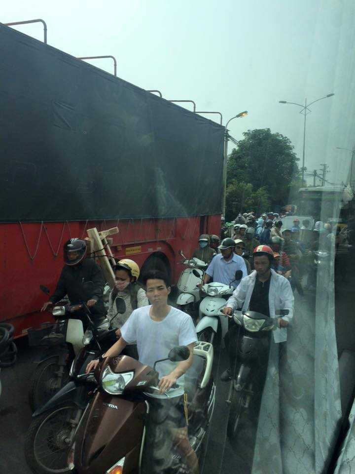 Dù có ra được ngoại thành Hà Nội cũng không hết tắc. Cảnh tắc dài ở khu vực Thường Tín (Hà Nội) sáng nay (Ảnh: Trang Nguyen)