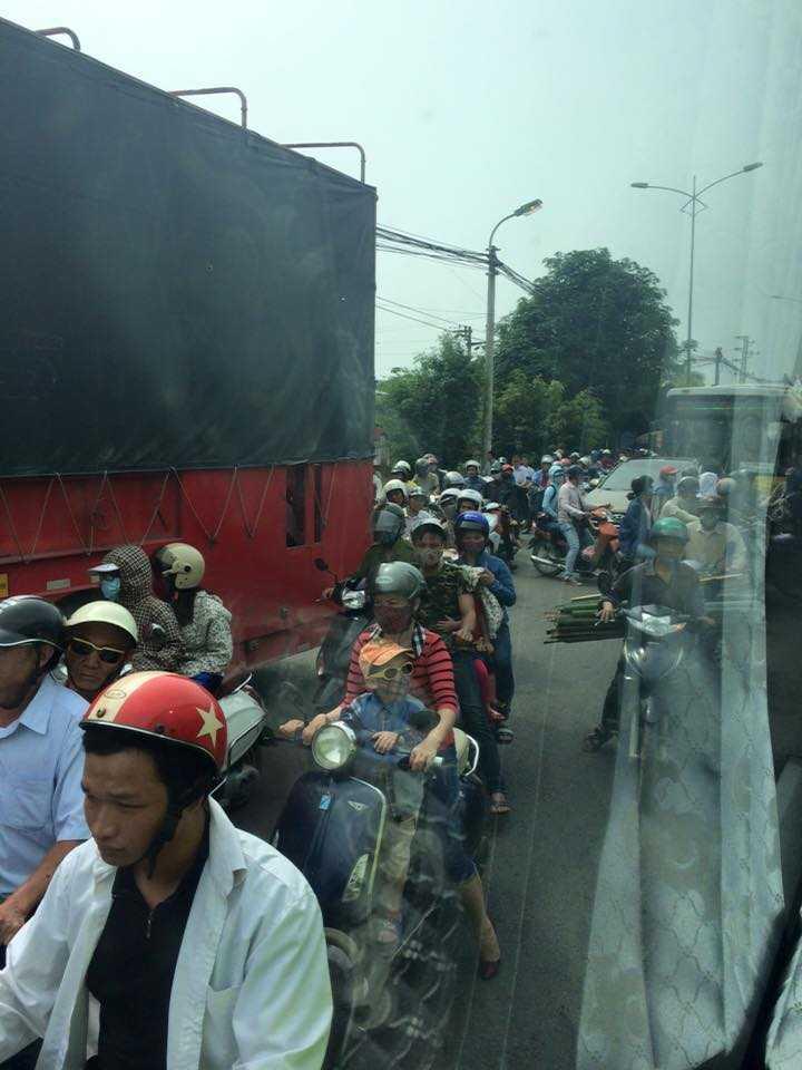 Nhiều người đã phải quay đầu xe để tìm đường khác vì không chịu được cảnh tắc đường sáng nay tại Thường Tín (Hà Nội) (Ảnh: Trang Nguyen)