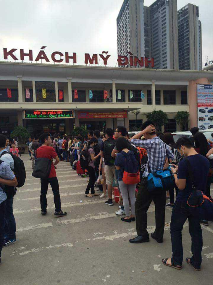 Trước cảnh đông đúc, nhiều sinh viên đã xếp hàng giữa trời nắng để chờ vào mua vé (Ảnh: Phạm Hùng)