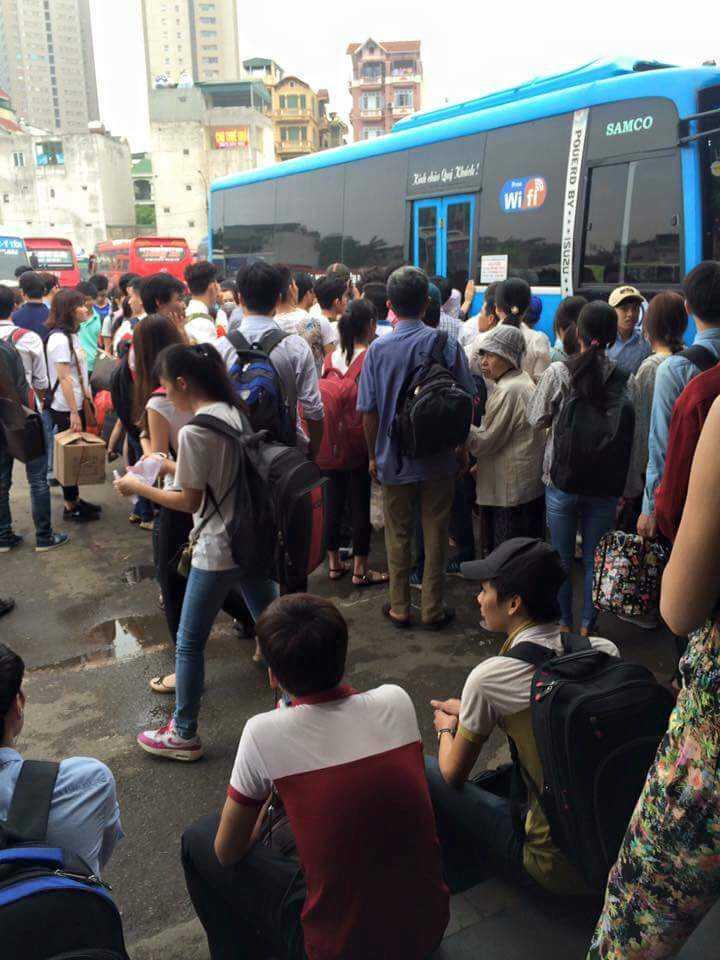Nhiều người phải chờ chực rất lâu mới lên được xe khách để về quê (ảnh: Nguyễn Bá Công)