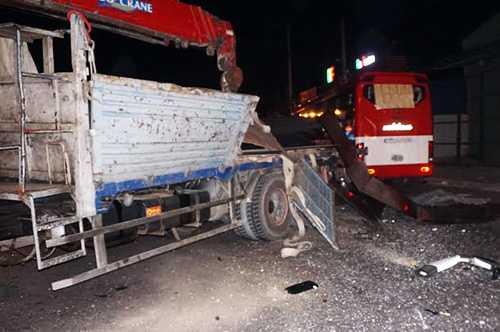 Ô tô khách đâm vào đuô xe tải cẩu