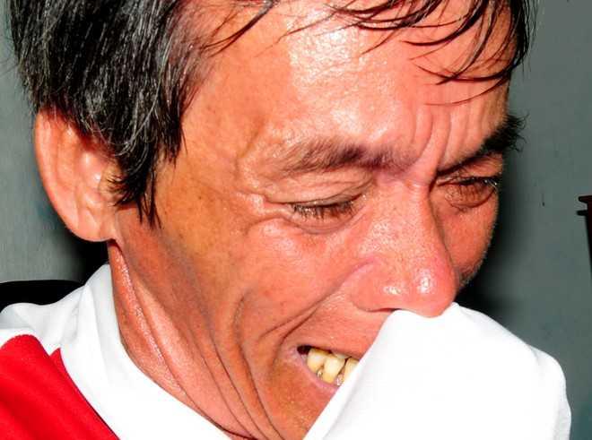 Ông Hà (chồng bà Doanh) òa khóc sau khi nghe con trai điện thoại về báo tin
