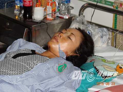 Chị Huê nằm bất động do bị chấn thương cột sống, cổ. Ảnh: Phan Cường