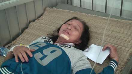 Nạn nhân thoát chết đang điều trị tại bệnh viện - Nguồn ảnh: Lao động