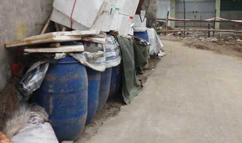 Các thùng phuy chứa măng được để ngay ngoài đường bụi bặm, che đậy sơ sài ven đường, ngay cạnh kênh nước thải bốc mùi nồng nặc.