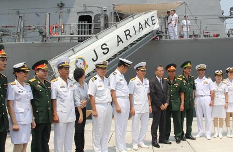Các đại biểu tham dự lễ đón chụp ảnh chung.