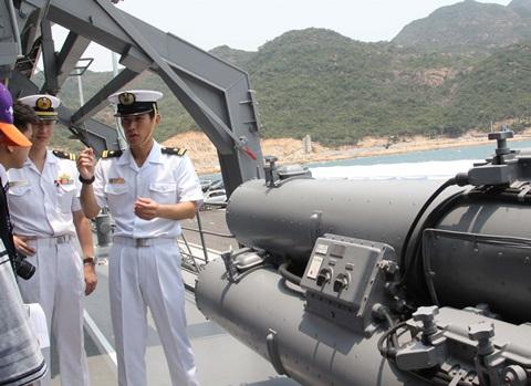Sỹ quan trên trên tàu DD 109 giới thiệu một số trang, thiết bị vũ khí của tàu.