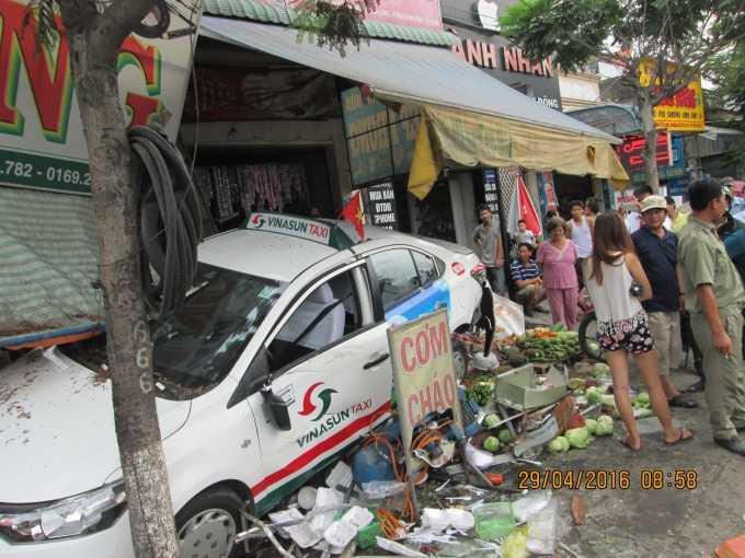 Chiếc xe taxi đâm nát quán ăn rồi lao vào quán tạp hóa bên cạnh mới chịu dừng lại