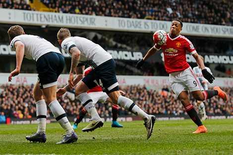 Anthony Martial bỏ lỡ cơ hội sau khi đi bóng qua cả hàng thủ Tottenham
