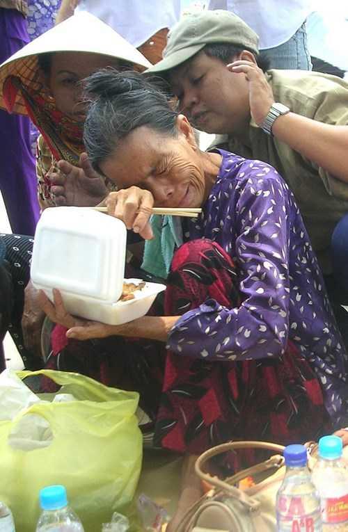 Mẹ già đau lòng ngóng chờ thi thể con 10 năm trước. Ảnh Trần Tuấn.