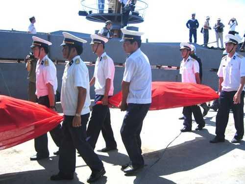 Thi thể các ngư dân xấu số được đưa về đất liền đúng 10 năm về trước. Ảnh Trần Tuấn.