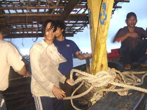 Các thuyền viên tàu ĐNa 90345 trở về sau trận bão Chan chu vào ngày 24/5/2006. Ảnh Trần Tuấn.