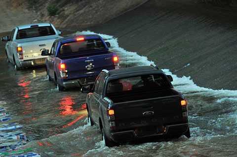 Gặp ngập úng, triều cường dân chơi xe bán tải, SUV được thời chém gió.