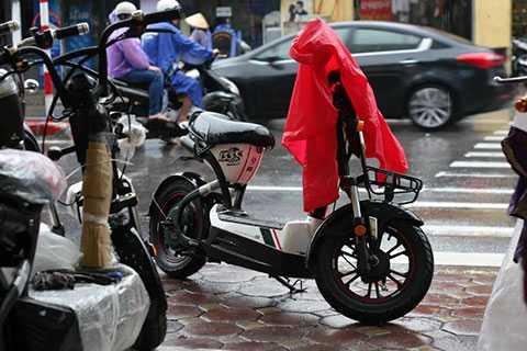 Lấy áo mưa che phần đầu xe.