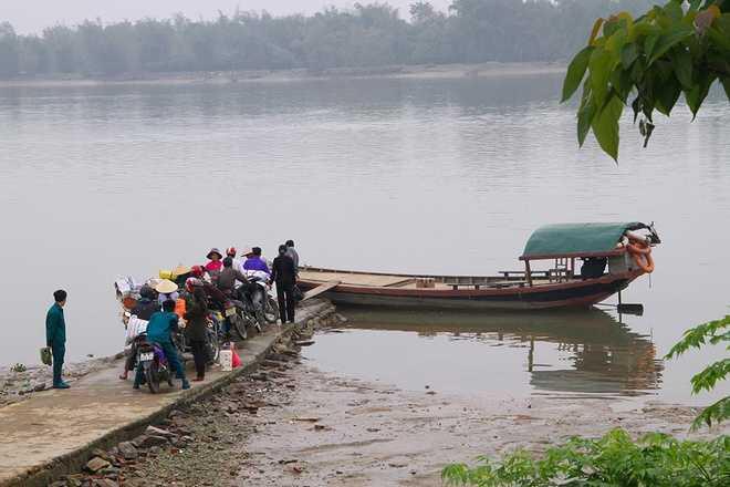 Thôn Hồng Lam thuộc xã Xuân Giang (Nghi Xuân, Hà Tĩnh) thường được gọi là ốc đảo vì tách biệt với bên ngoài bởi dòng sông Lam. Bao bọc xung quanh là sông nước mênh mông, phương tiện duy nhất để đi vào đây là những con đò đơn sơ. Hiện thôn có khoảng 200 hộ dân, nhưng chủ yếu là trung niên và người già.